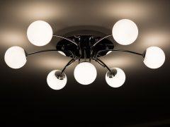 Jak oświetlić salon z aneksem kuchennym