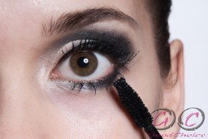 podkreslenie rzęs podczas makijażu ślubnego